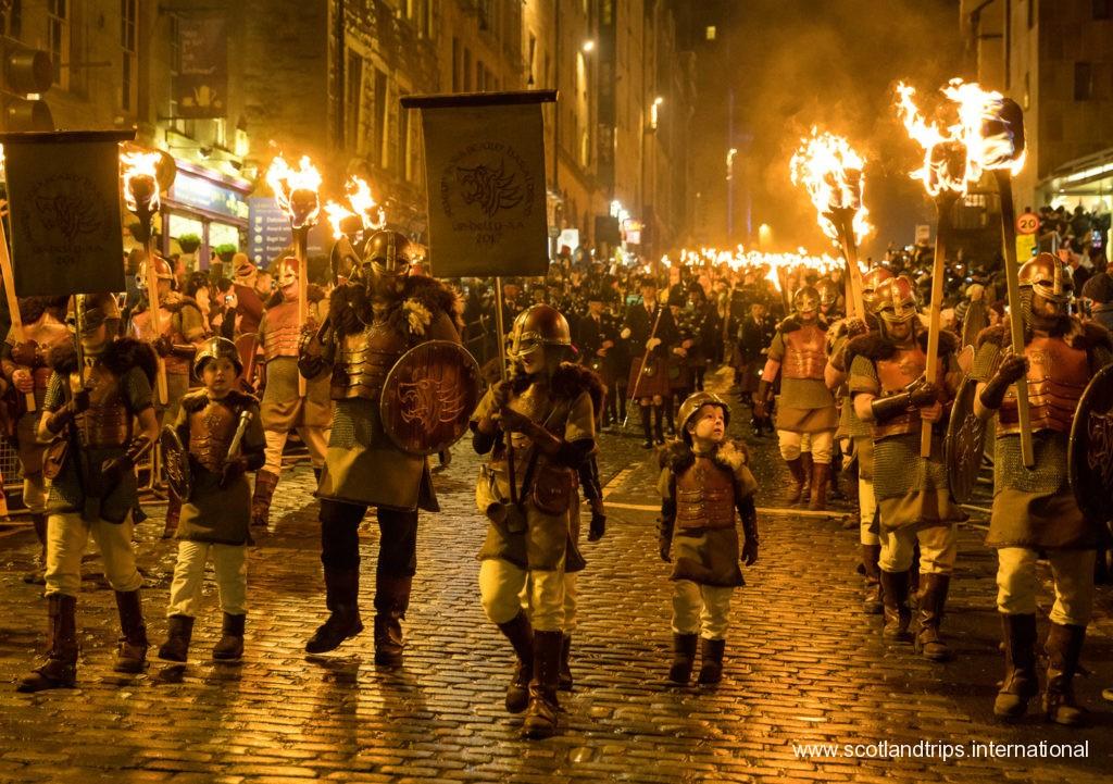 Desfile de antorchas de navidad en edimburgo - torchlight procession